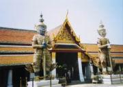 Figuren bewachen den Palast