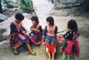 Kinder in Landestracht