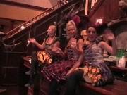 Nette Girls im Saloon